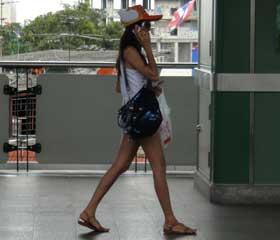Tailandesa con gorra de Arare