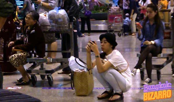 Mujer en cuclillas en Asia