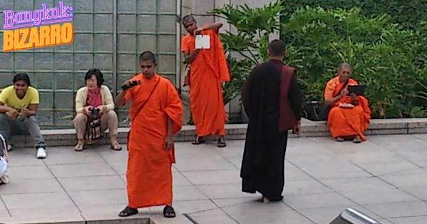 Monjes budistas con móviles iPhone