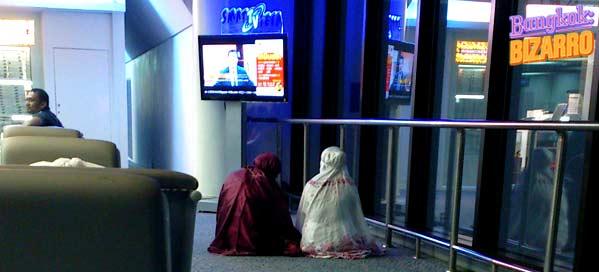 Musulmanas rezando en el aeropuerto de Tailandia