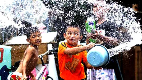 niños en songkran