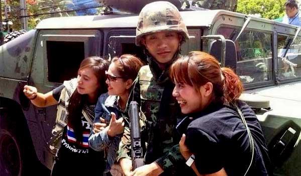 Militar guapo en visitar Tailandia