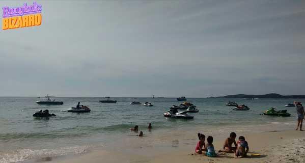 Lanchas y barcos en playa Tailandia