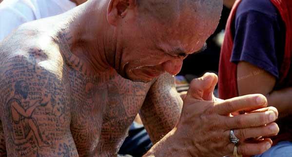 tailandes rezando tatuajes templo
