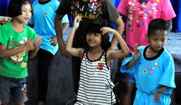 niños tailandeses bailando