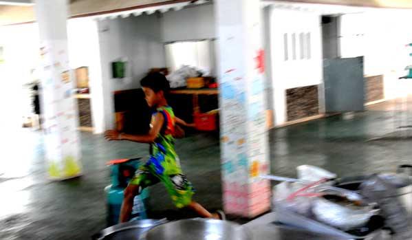 Un niño corre y juega, feliz, en su 14 de febrero. Foto: LGJ.