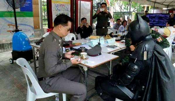 Batman de Tailandia y policía