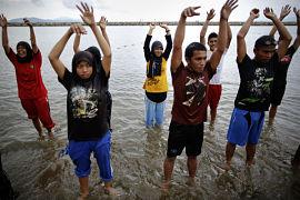 En Indonesia también se bañan con ropa en la playa.
