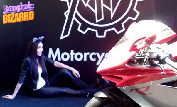Chica pretty tailandesa muestra de motos