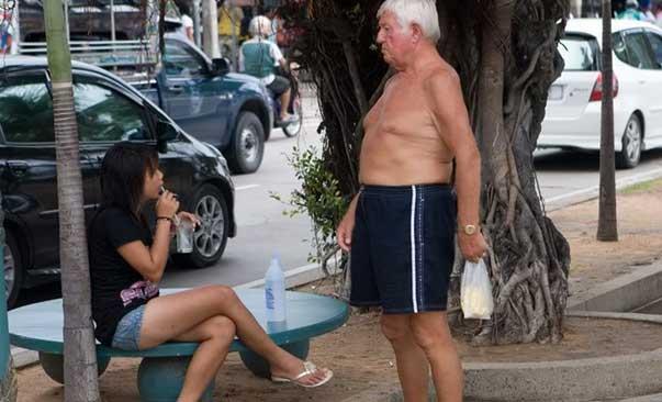 Farang viejo con puta en Pattaya, Tailandia