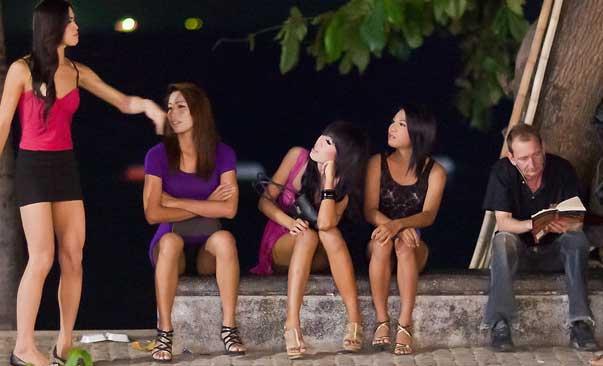 Farang y ladyboys en Pattaya, Tailandia