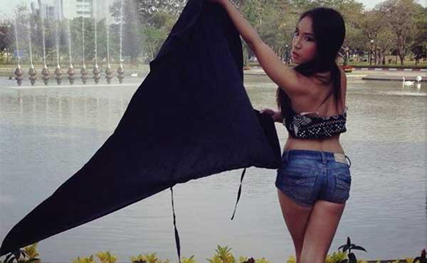 La ladyboy Aum Neko extiende la bandera negra de Rangsit, Universidad de Tailandia