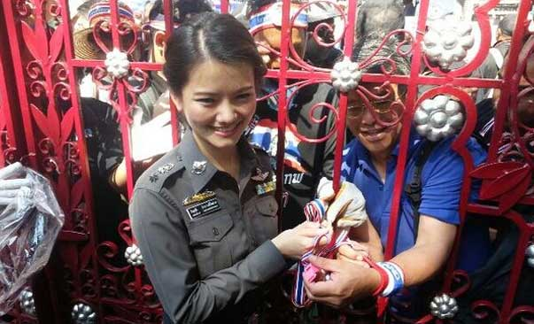 Policía buenorra en Bangkok contra las revueltas