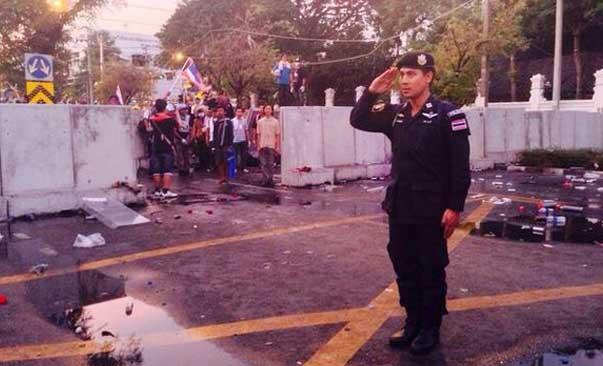 Policía de Bangkok a la hora del himno