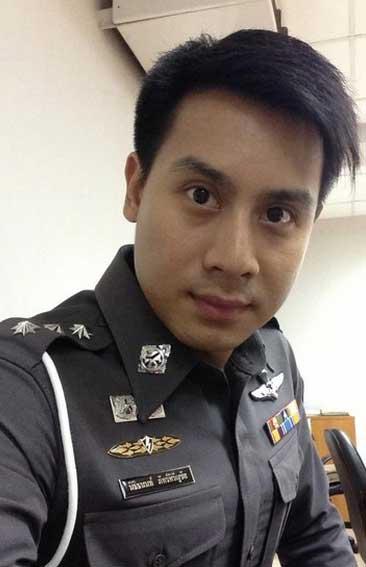 Policía de Bangkok que se hace un selfie