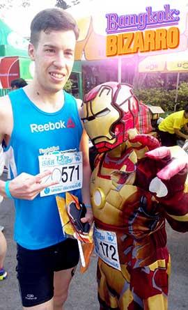 Víctor Ribas Correa corre con Iron Man en Bangkok