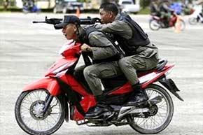 Policía tailandesa de maniobras