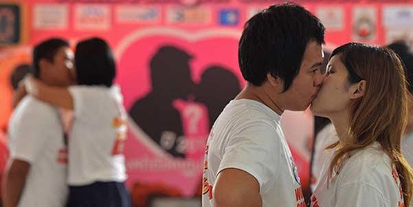 Beso en Tailandia amor por conveniencia