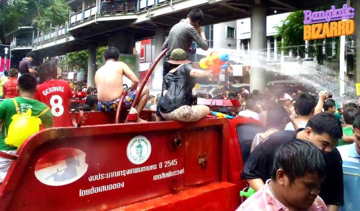 Bomberos en Songran