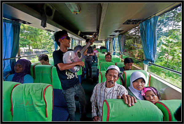 Guitarrista bus indonesia Java