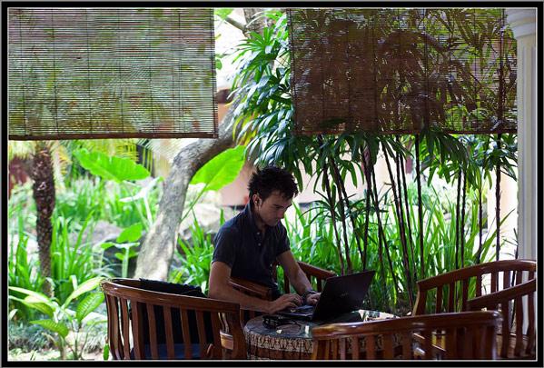Luis Garrido-Julve escribiendo en Palm Hotel, Bondowoso