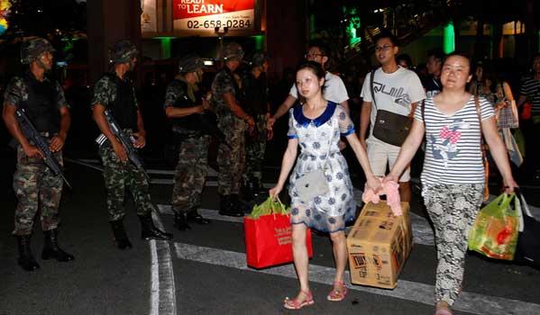 Militares y turistas en Bangkok