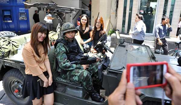 militares guapos en Tailandia reglas golpe de Estado