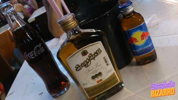 Bucket de Sangsom Khaosan Red Bull tailandés