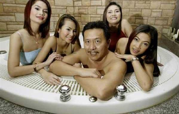 Chuwit Kamolsivit baño masaje