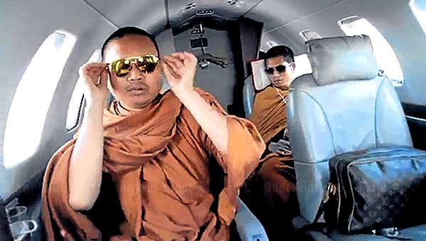 Monjes tailandeses en jet privado.