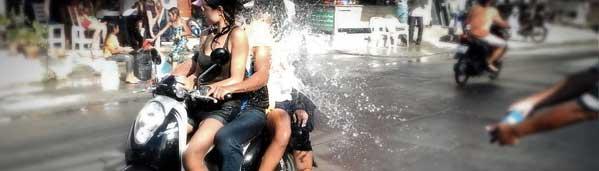 moto songkran tres personas