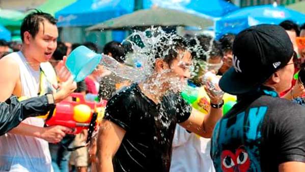 cubo agua Songkran Tailandia