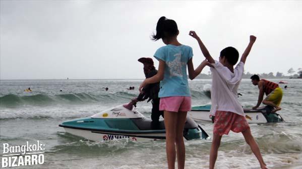 Unos niños en la playa de Serendipity, en Sihanoukville.