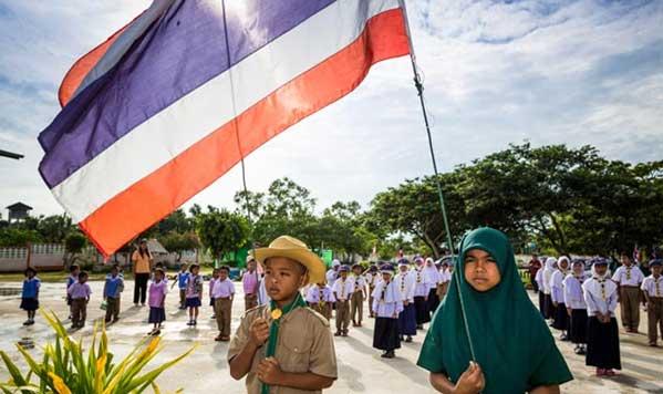 niños tailandia escuela bandera