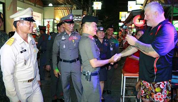 Turistas y policía Hua Hin