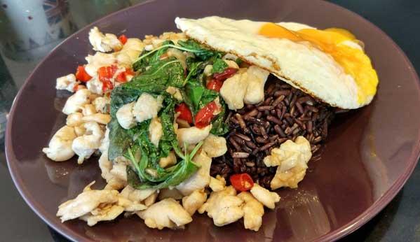 kraprao kai tailandia comida