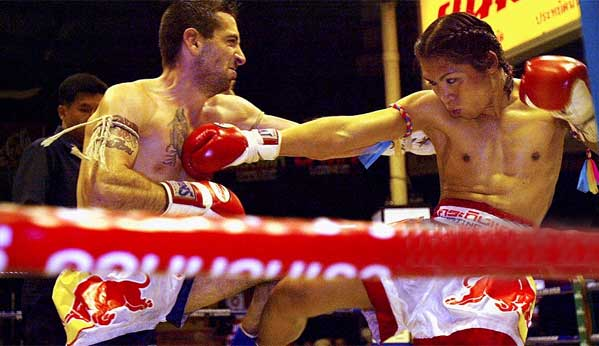 Boxeador Muay Thai travesti