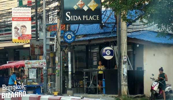 Un bar de copas, billares y damas. Vendedores en la calle y por supuesto un hotel para estancias cortas con un nombre que le va que ni pintado. Sin duda, esto es Pattaya.