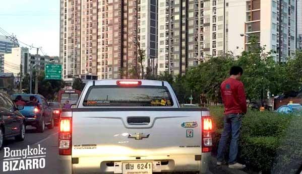 Los atascos son demenciales en Bangkok. Tanto, que puedes encontrarte a un fulano aprovechando para salir a echar una meada con el semáforo en rojo.