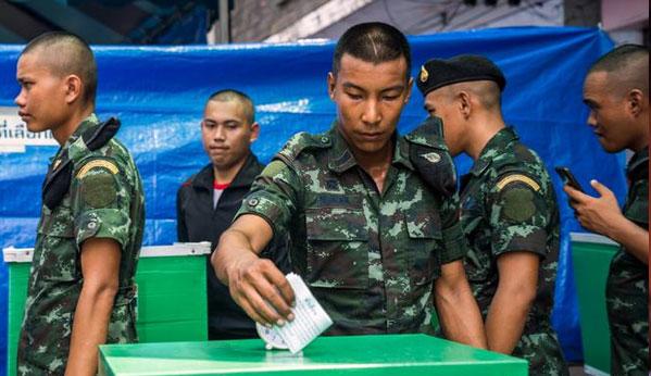 Militares votando en Tailandia