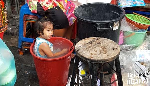 Niña Songkran fiesta Tailandia