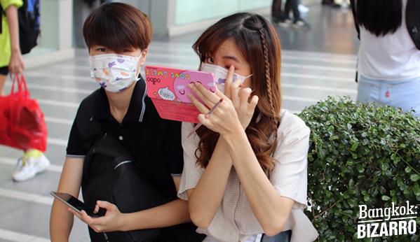 chicas manga con mascarilla